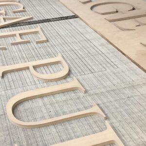 Burmak AG Wasserstrahlschneiden Beschriftung Fassadenbeschriftung Holz