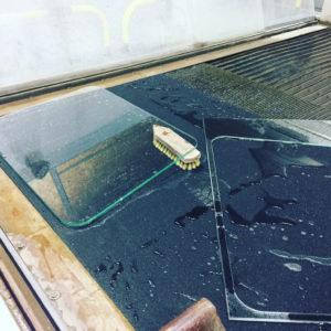 Wasserstrahlschneiden Schweiz Glas Autoscheibe